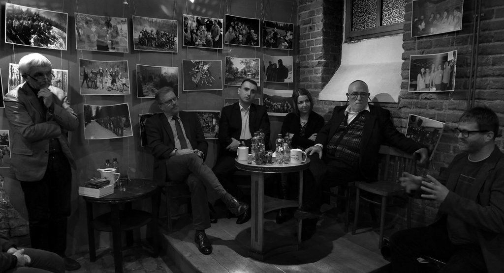 Od lewej: Arek Więcko-prowadzący, Mirosław Rutkowski /ateista/, Olgierd Chazbijewicz/muzułmanin/, Małgorzata Wałejko/chrześcijanka-katoliczka/, Mikołaj Rozen/wyznawca judaizmu/, Łukasz Kołoczek/nieortodoksyjny chrześcijanin/ Foto: Timm Stuetz